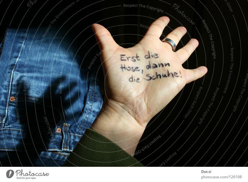 Hand mit Schrift, Demenz, Vergesslichkeit Haut Finger Bekleidung Hose Jeanshose Schuhe Schriftzeichen lesen lustig verrückt blau schwarz Sicherheit gewissenhaft
