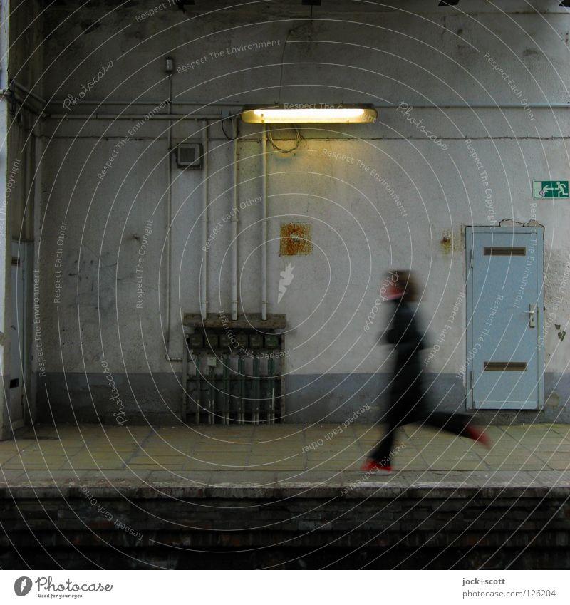Beweg Dich Schneller! Mensch Frau Stadt alt dunkel Erwachsene Bewegung Beleuchtung Wege & Pfade Stein Metall dreckig warten laufen Geschwindigkeit Hinweisschild
