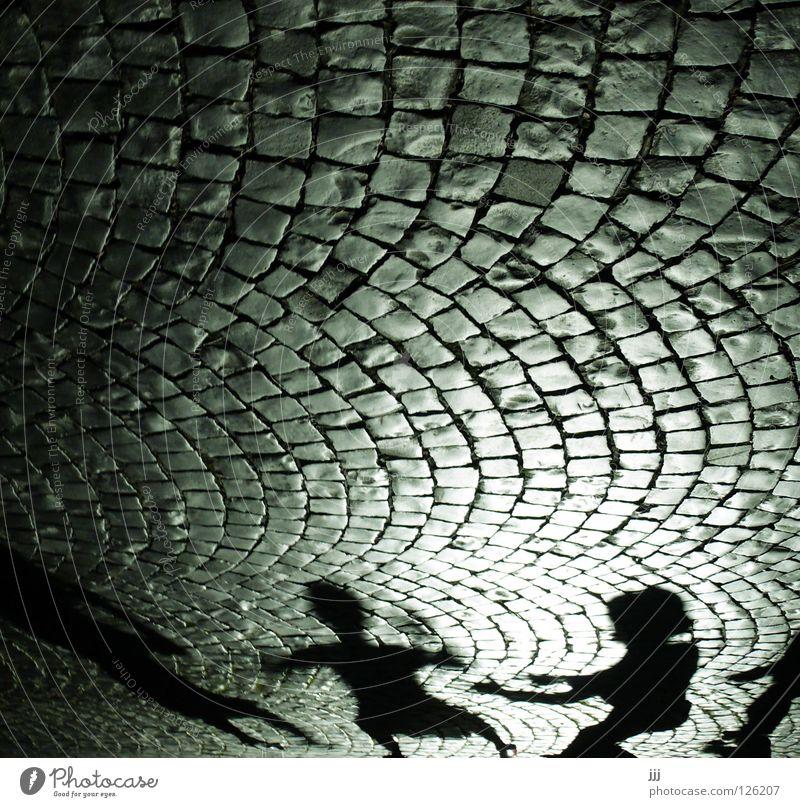 Straßenszene Kopfsteinpflaster Licht Silhouette Spielen schwarz dunkel Lichtkegel Kino Menschengruppe Angst Panik Schatten Bogen Stein Arme fangen Tanzen Hut