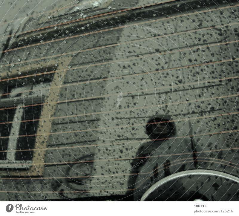 THE WOMAN BEHIND THE MIRROR Spiegel Reflexion & Spiegelung Statue nass kalt Fenster Streifen 180 Grad Celsius stehen Monsun feucht feuchtkalt frieren