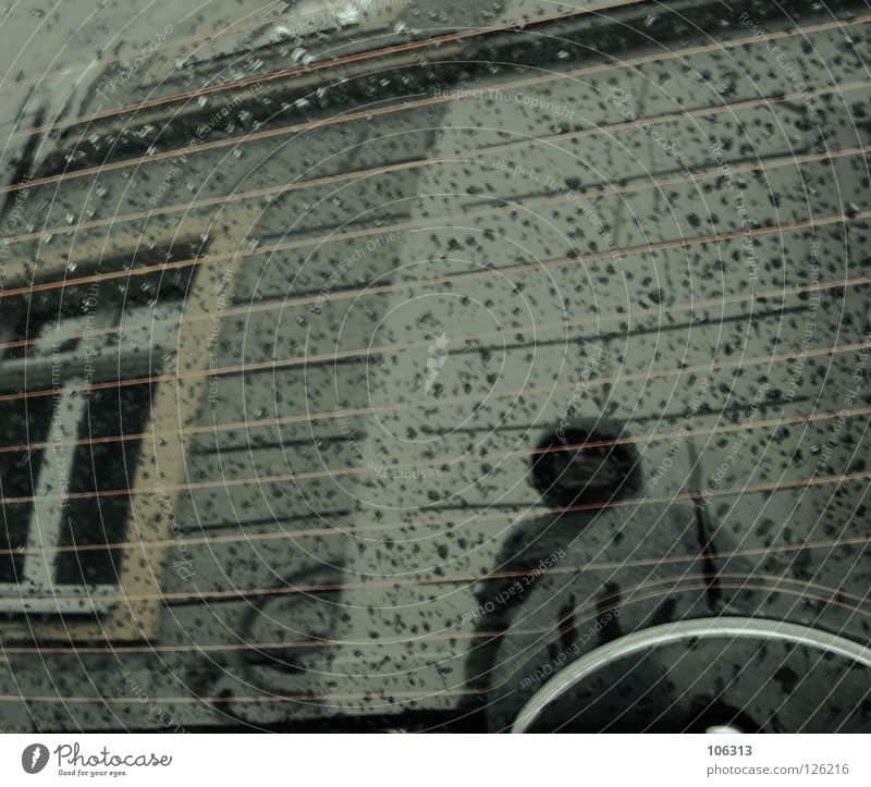 THE WOMAN BEHIND THE MIRROR Stadt Einsamkeit kalt Fenster Spielen Gebäude Mauer träumen Regen Wetter Glas Hintergrundbild nass warten stehen Frost