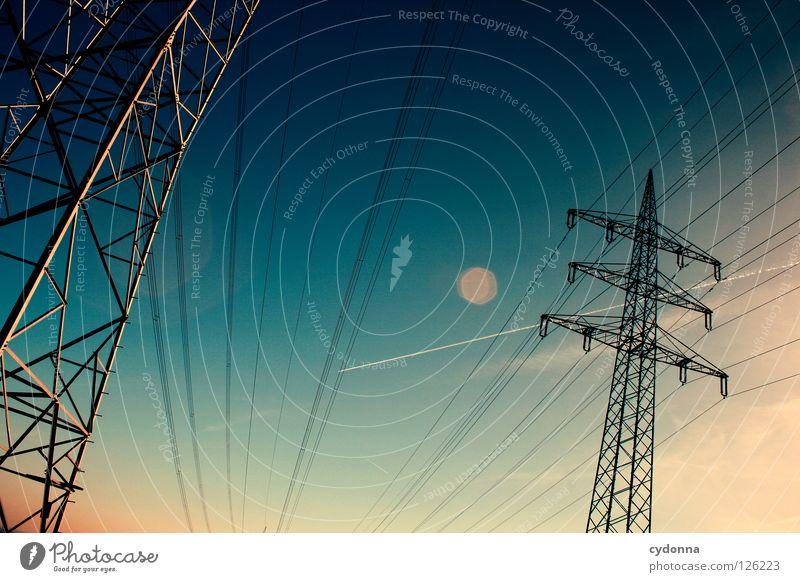 von A nach B Draht Elektrizität Ferne Synthese Dämmerung möglich Energiewirtschaft verteilen Umleitung Ladengeschäft Himmel Verbindung Netz Leitung Eisenbahn