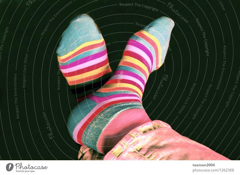 Überkreuzte Füsse in bunten Socken Erholung Gesundheit Mode liegen Dekoration & Verzierung Lebensfreude