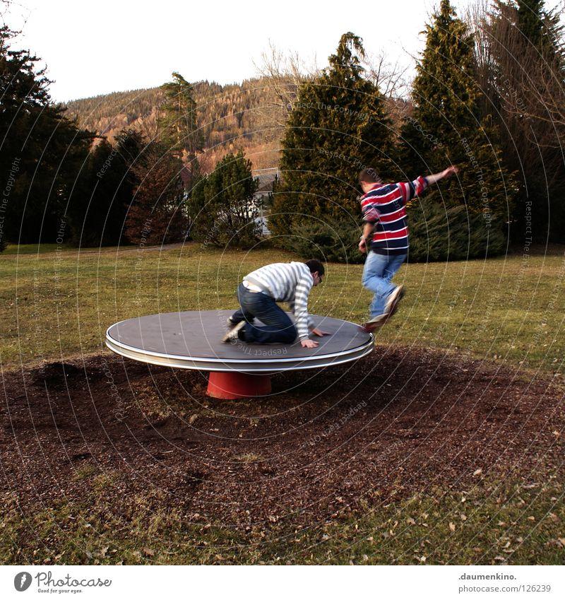 disco stu Mensch Kind Mann Baum Freude Wiese Spielen Gras Erde Tanzen Aktion Fensterscheibe Spielplatz