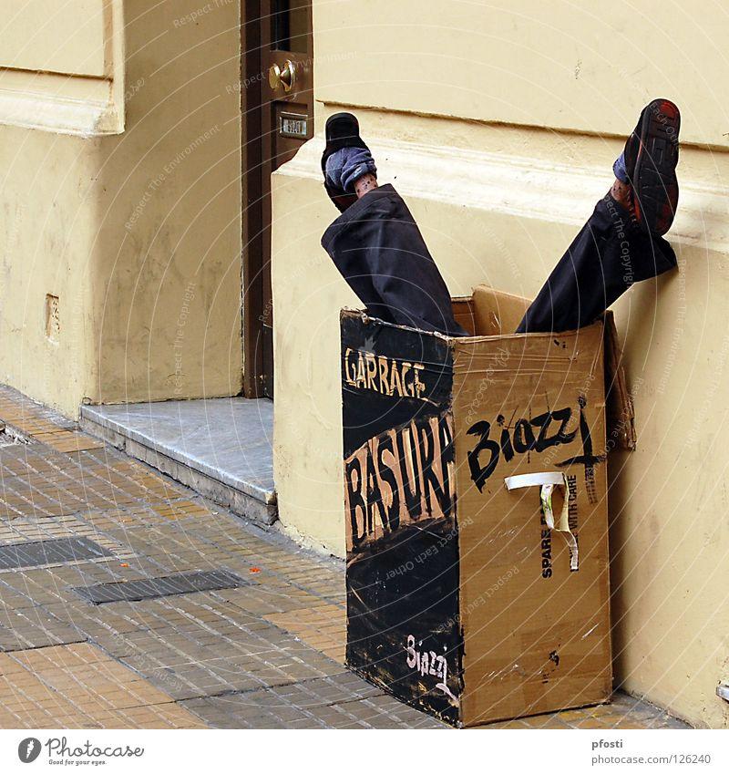 Basura Freude schwarz Wand Tod Schuhe Beine braun Kunst dreckig lustig Müll Vergänglichkeit Argentinien Karton Überraschung Humor