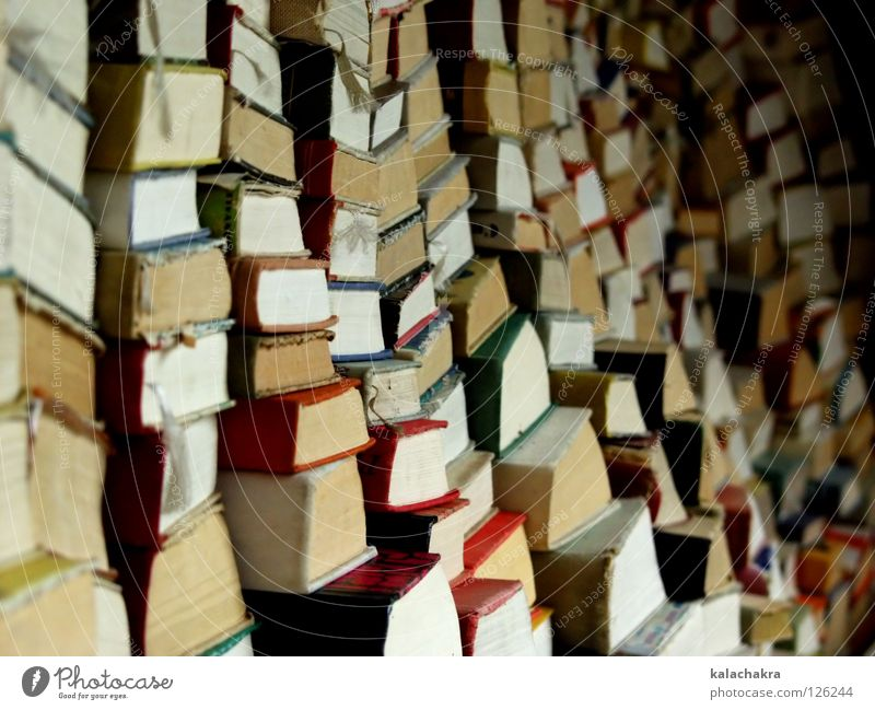 Lesestoff Buch Antiquariat lesen Flohmarkt antik Bildung Bücherstapel
