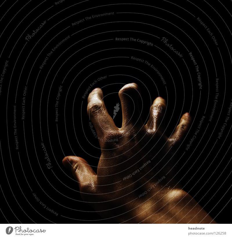 Alles im Griff? Hand Nacht dunkel schwarz nass glänzend feucht Licht Finger Schweiß Angst Panik leer Schatten Haut
