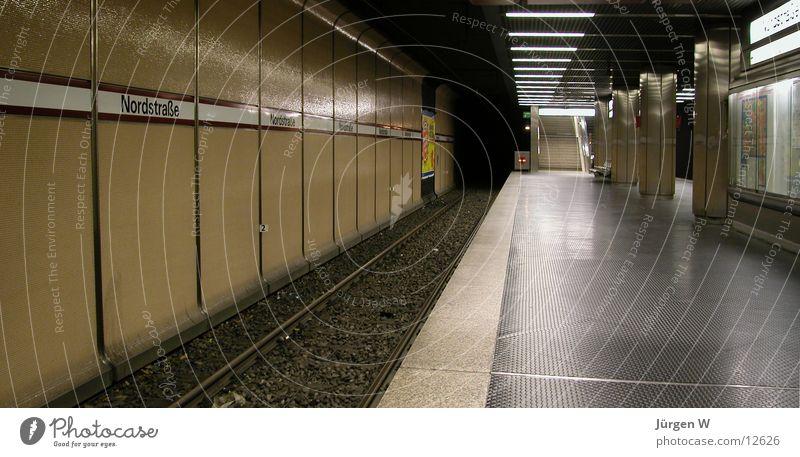 Abgefahren U-Bahn Gleise leer Bahnsteig London Underground Station unterirdisch Bahnhof empty track platform