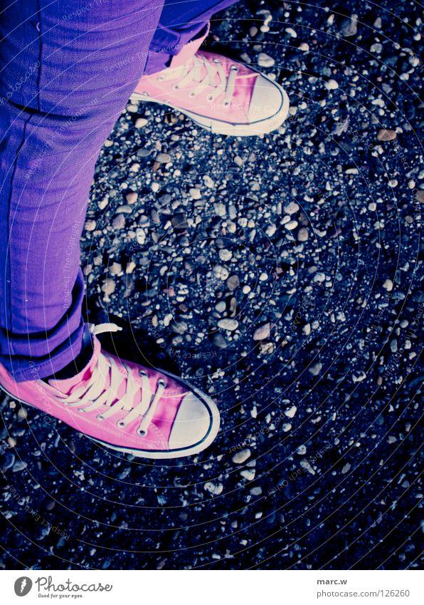Chucks! Schuhe Schuhbänder Steinboden Bürgersteig rosa Freude Bekleidung blaue hosen enge hose Turnschuh