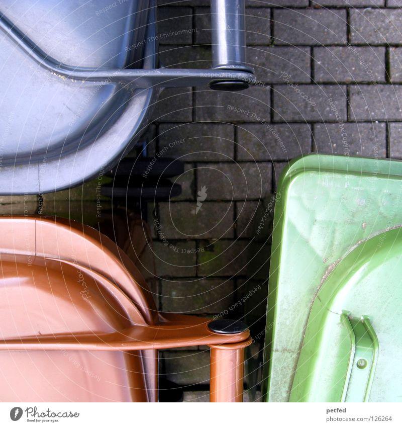 Nebenkosten! Müll Haushalt Müllverwertung Müllbehälter braun grün grau Sammlung sortieren Stadtwerke Leben Bündel Trennung Bioprodukte Statue Mietrecht