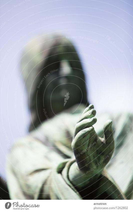 reaching out Hand 1 Mensch blau grün Kupfer Engel greifen Farbfoto Außenaufnahme Hintergrund neutral Tag Licht Silhouette Sonnenlicht Schwache Tiefenschärfe
