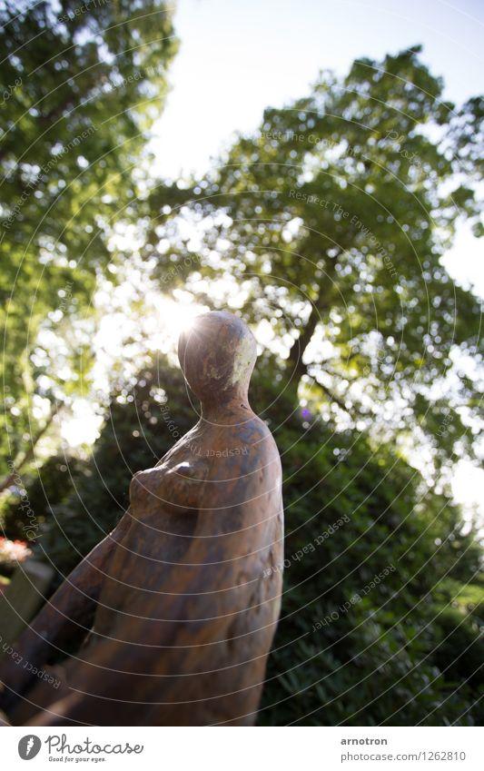 Statue androgyn Baum Park warten ästhetisch nackt ruhig Himmel blau grün Friedhof Hamburg Ohlsdorfer Friedhof Farbfoto Außenaufnahme Menschenleer