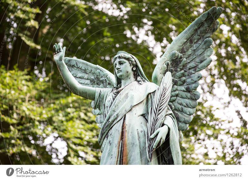 Hail thee androgyn 1 Mensch grün selbstbewußt Engel Statue abweisend Feder Kupfer Rost Hamburg Ohlsdorfer Friedhof Trauer Farbfoto Gedeckte Farben Außenaufnahme