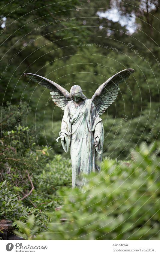 Angel Mensch androgyn Metall Engel ruhig Trauer Kupfer Friedhof Hamburg Gedeckte Farben Außenaufnahme Menschenleer Textfreiraum oben Textfreiraum unten Tag