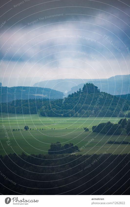 Auenland im Elbsandsteingebirge Himmel Natur blau grün Baum Landschaft ruhig Ferne Wald Berge u. Gebirge Umwelt gelb Herbst Wiese Gras grau
