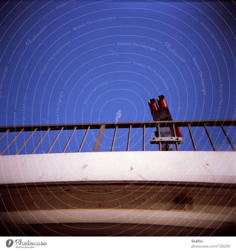 Touristen Fernglas Aussicht Beton streben Ferne Holga Mittelformat Hafen Brücke Geländer Blauer Himmel blau Metall Blick weit gucken elbphilharmonie 1€