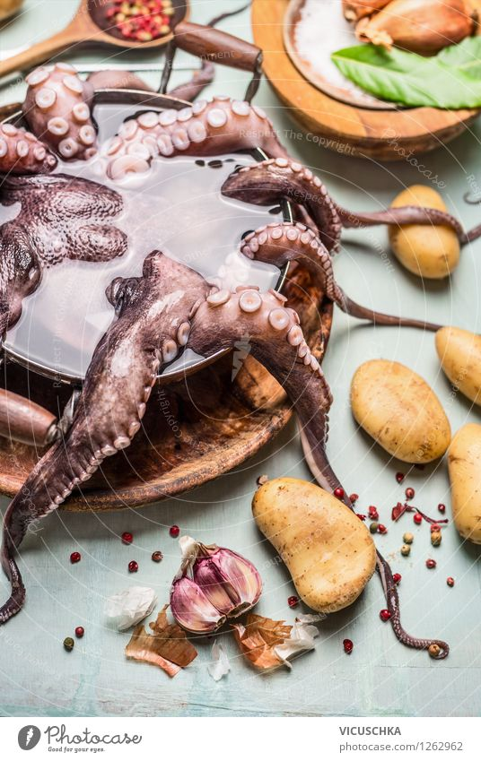 Octopus in dem Topf mit Wasser Lebensmittel Meeresfrüchte Gemüse Kräuter & Gewürze Öl Ernährung Mittagessen Abendessen Bioprodukte Vegetarische Ernährung Diät