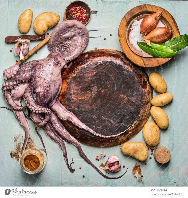 Ganze Octopus mit Zutaten Meeresfrüchte Gemüse Kräuter & Gewürze Ernährung Mittagessen Abendessen Teller Schalen & Schüsseln Gabel Stil Gesunde Ernährung Tisch