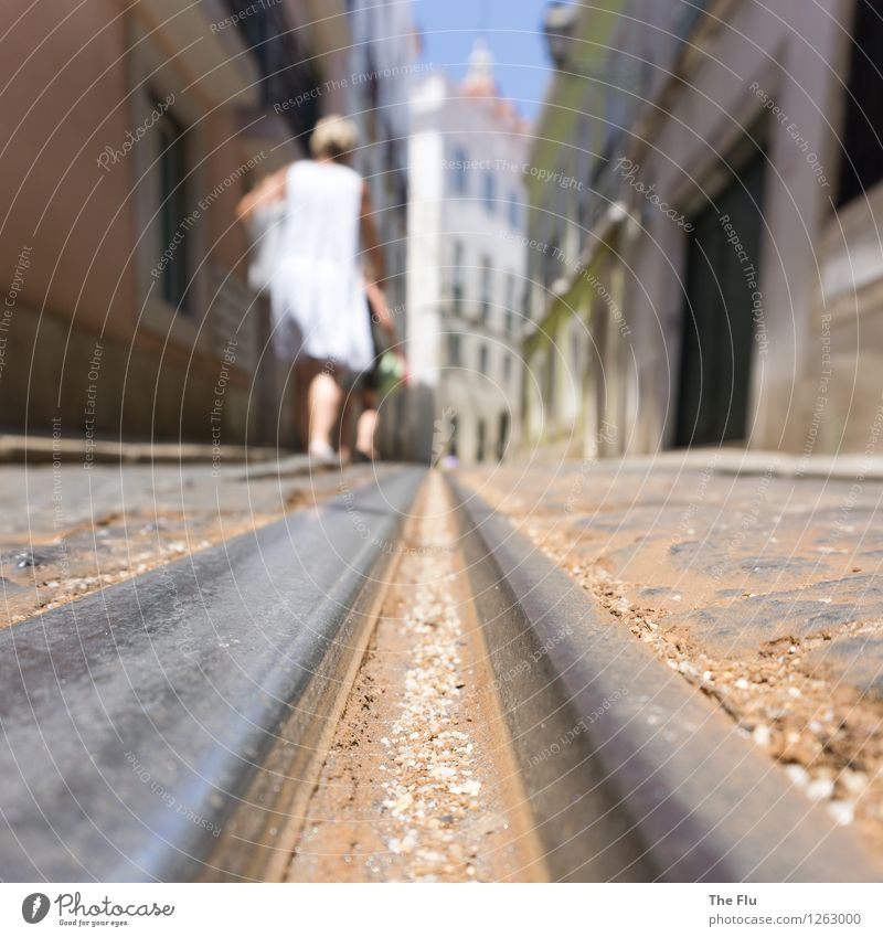 Am Schienenstrang entlang Mensch Sommer Haus Straße Bewegung feminin Linie gehen Fassade Europa Spuren Verfall Hauptstadt Stadtzentrum Richtung Gleise