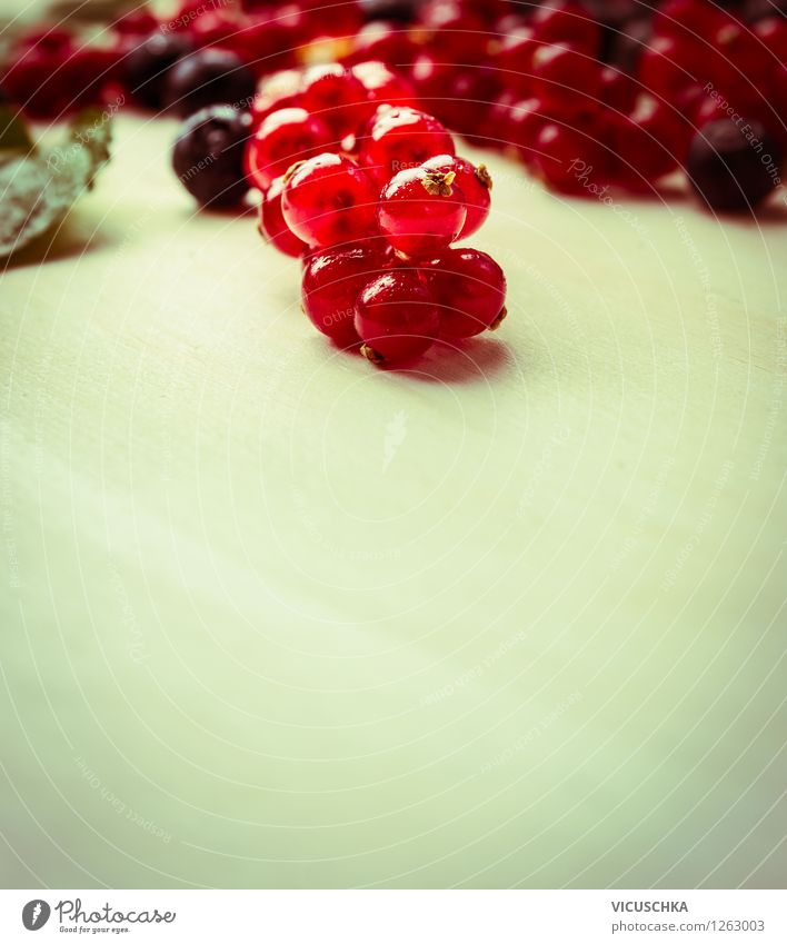 Rote Johannisbeeren Natur Sommer Gesunde Ernährung rot Leben Foodfotografie Stil Hintergrundbild Garten Lebensmittel Design Frucht Ernährung Tisch Bioprodukte Frühstück