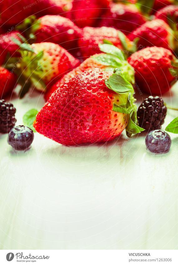 Erdbeeren und Sommer Beeren Natur Sommer Gesunde Ernährung Leben Stil Essen Foodfotografie Garten Lebensmittel Design Frucht Ernährung Tisch Bioprodukte Frühstück Dessert