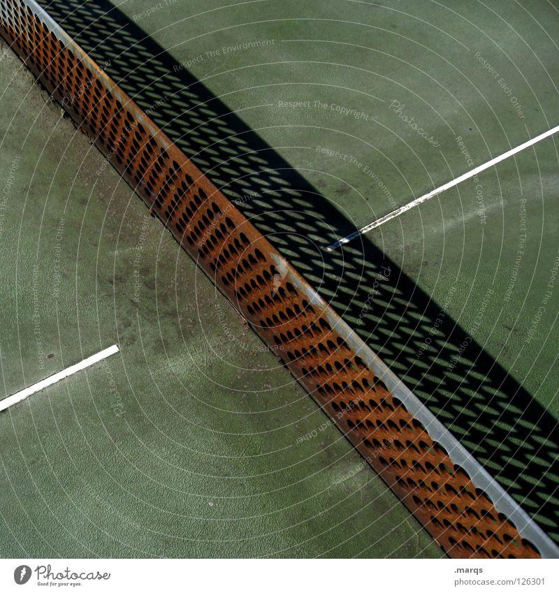 Netzroller Tischtennis Tischtennisplatte Spielen Freibad Schwimmbad Sommer Freizeit & Hobby Loch gelöchert Ecke Oberfläche Schatten Verfall verfallen grün weiß