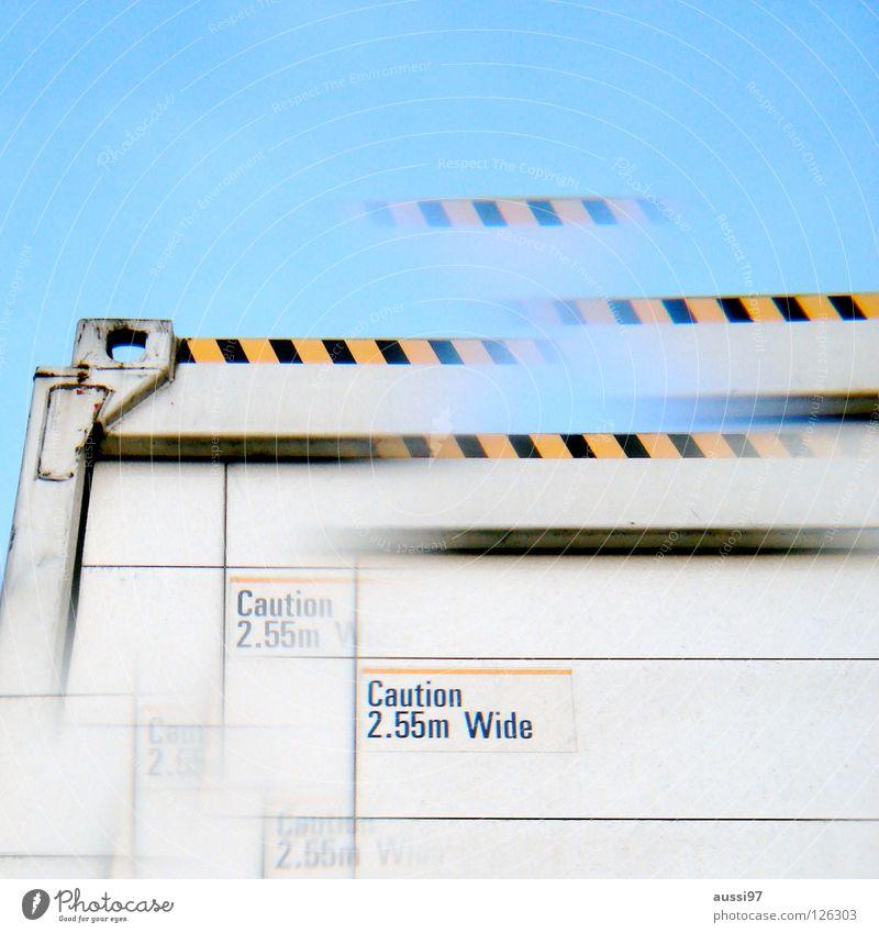 Meersdonk überbreit Verkehr Schriftzeichen Buchstaben Güterverkehr & Logistik Warnhinweis Grenze Lastwagen Richtung Doppelbelichtung Navigation Surrealismus