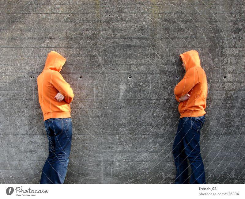 Geh mir aus der Sonne! Mann blau Hand rot ruhig Stein Mauer Beine Linie orange 2 Kraft Arme warten gefährlich stehen