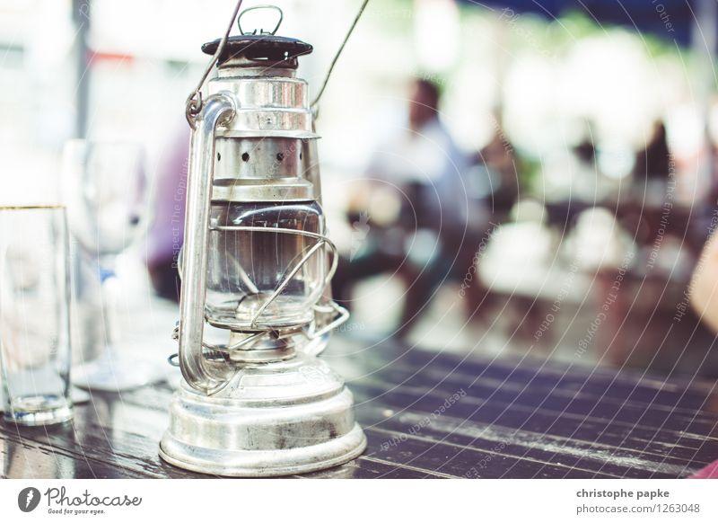 Lichtquelle Dekoration & Verzierung Lampe alt historisch Öllampe Gaslampe Biergarten Tisch Garten Farbfoto Nahaufnahme Textfreiraum rechts Textfreiraum unten