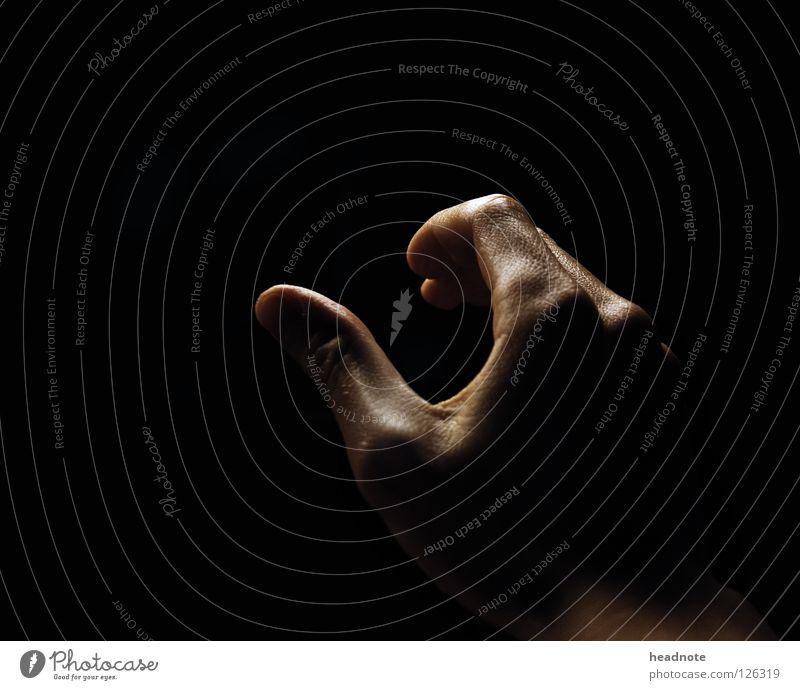 Raus aus der Dunkelheit Hand schwarz dunkel glänzend Haut nass Finger leer feucht Griff Schweiß