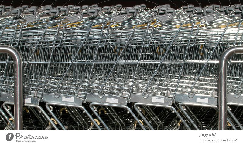 in Reih' und Glied Fuhrpark Einkaufswagen Dienstleistungsgewerbe aldi Metall sb-laden Reihe Konsum trolley row