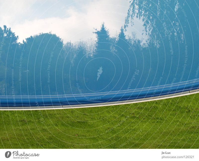 auf dem sprung Schwimmbad Wasser blau Reflexion & Spiegelung Himmel Gras grün rund Becken Wolken Garten ruhig Außenaufnahme Spielen Reflexion u. Spiegelung
