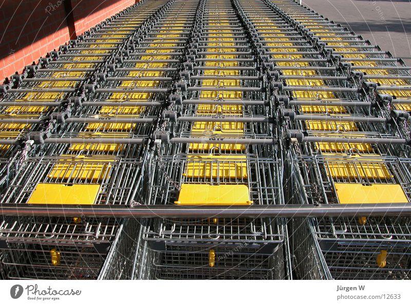 die gelbe Front Fuhrpark Einkaufswagen parken Park Dienstleistungsgewerbe aldi Metall sb-laden Reihe Konsum trolley row