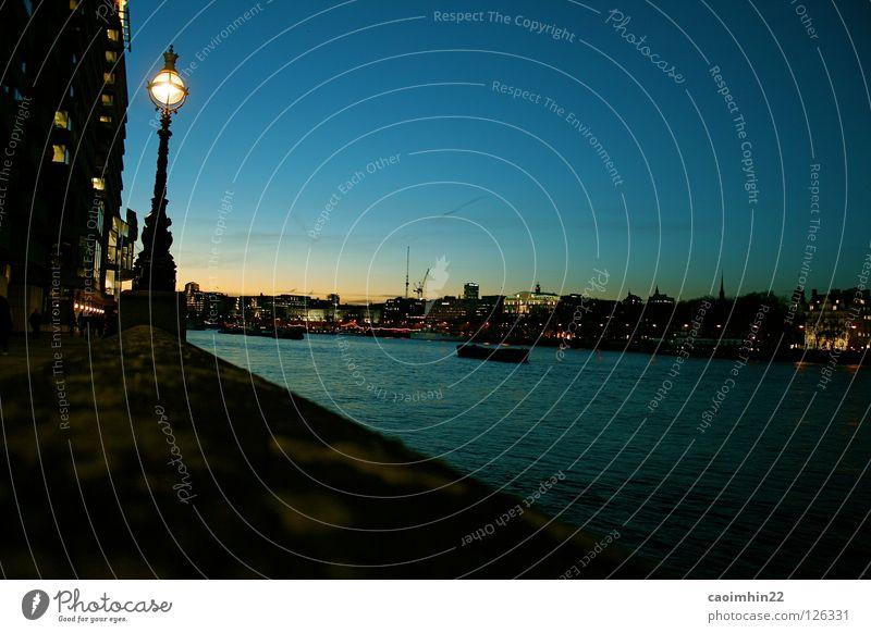 it's starting to get dark.... blau Stadt schwarz Lampe dunkel Wasserfahrzeug Fluss Skyline London Bach Flussufer Straßenbeleuchtung Abenddämmerung Themse