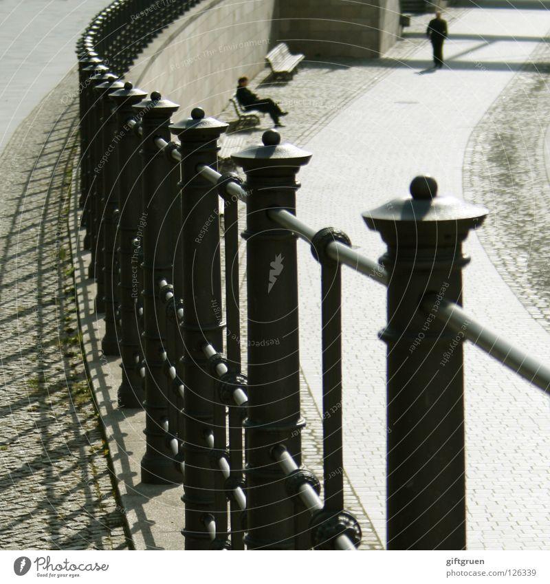 mittagspause Mann Sonne Erholung Erfolg sitzen Bank Spaziergang Zaun Fußgänger Pause Mittagspause Mittagssonne