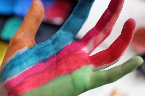 Malen Kind blau Farbe Hand rot Freude Leben Farbstoff Kunst orange Design Dekoration & Verzierung Kindheit ästhetisch Kreativität Lebensfreude