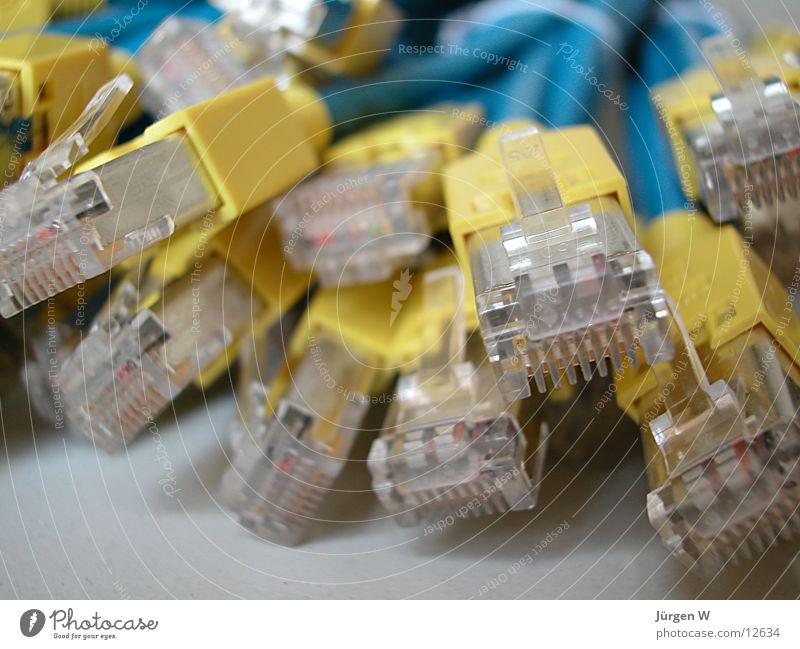 das gelbe Ende Stecker chaotisch durcheinander Elektrisches Gerät Technik & Technologie Kabel Netzwerk blau cable plug blue in disorder