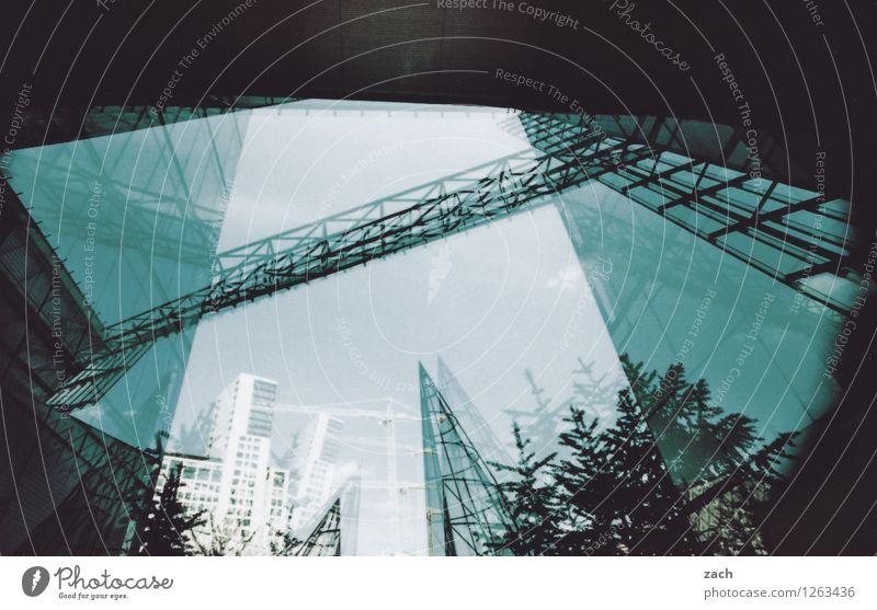 Durchsicht Stadt blau Pflanze Baum Haus dunkel schwarz Wand Architektur Berlin Mauer Stein Linie Fassade träumen Glas