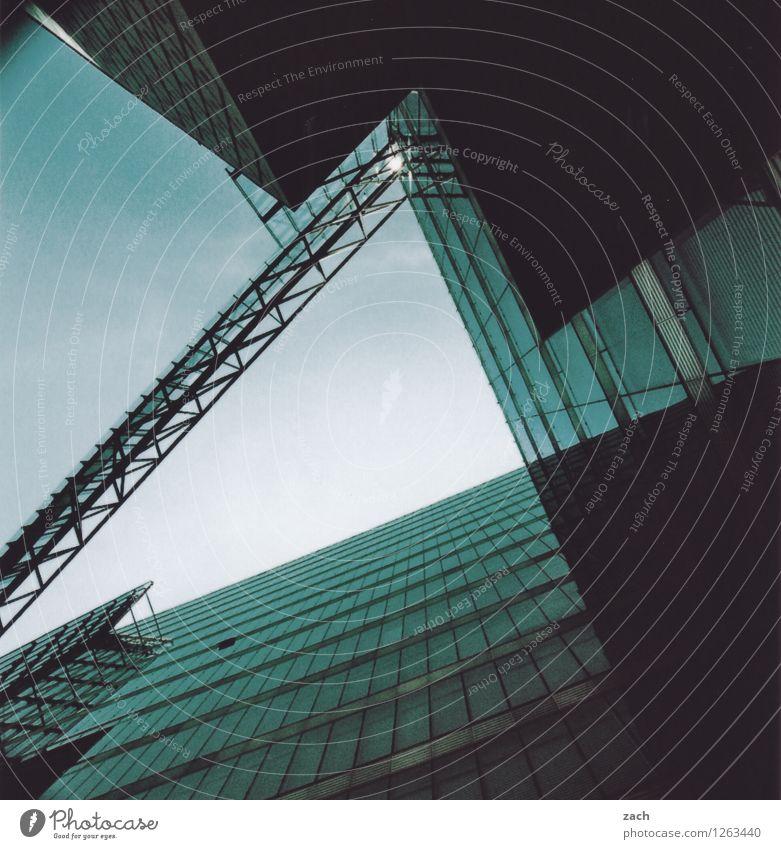 Großstadtgemütlichkeit Berlin Stadt Hauptstadt Stadtzentrum überbevölkert Menschenleer Haus Hochhaus Bankgebäude Industrieanlage Bauwerk Gebäude Bürogebäude