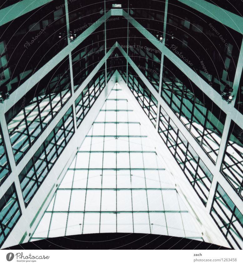 auf die Spitze getrieben Stadt Stadtzentrum Menschenleer Haus Bankgebäude Industrieanlage Fabrik Bauwerk Gebäude Architektur Bürogebäude Mauer Wand Fassade