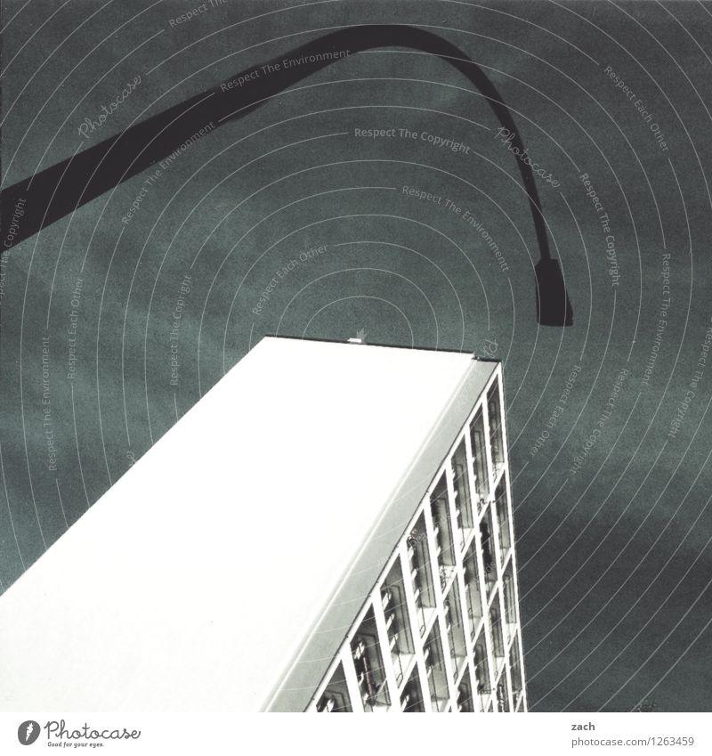 Berlin mit Lampe Himmel Stadt Wolken Haus Fenster Wand Architektur Gebäude Mauer grau Fassade Hochhaus Straßenbeleuchtung Bauwerk Laterne