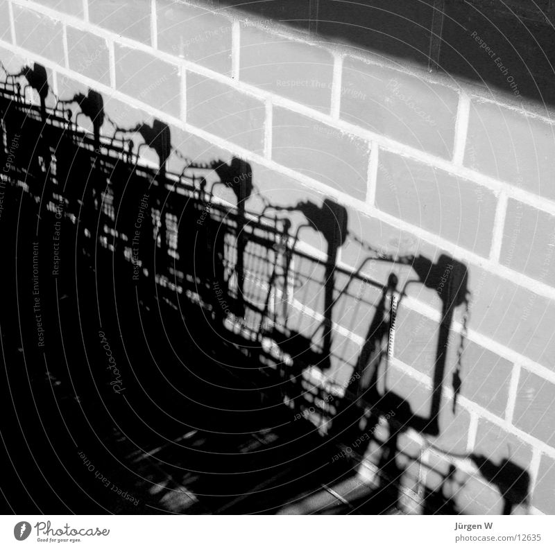 Shadows on the Wall Wand schwarz weiß Einkaufswagen Mauer Licht Fototechnik Schatten trolley shadow black white