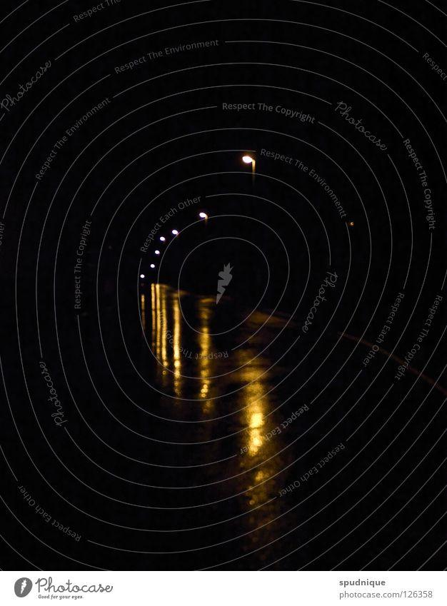 NACH HAUSE Nacht Laterne Licht nass Reflexion & Spiegelung Lampe Einsamkeit dunkel ruhig Trauer kalt Verkehr Straßenbeleuchtung Verkehrswege Frieden