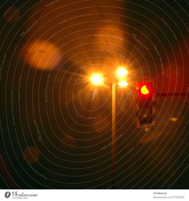 rotlichtmilieu Straße Beleuchtung warten Verkehr stehen stoppen Verkehrswege Straßenbeleuchtung Ampel Respekt Mischung Straßenverkehr Belichtung Anleitung Regel Signal
