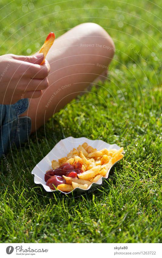 Schlaraffenland Pommes frites Ketchup Sommer Speise Essen Foodfotografie lecker Appetit & Hunger Essen zubereiten Außenaufnahme Musikfestival Festspiele Wiese