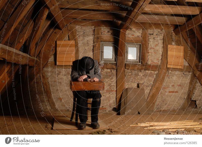 Person 25 Hoffnung Zeit Koffer Götter Mantel frieren Einsamkeit Dachboden Fenster Generation Wand Aussicht Trauer Mann rund Verzweiflung Vergänglichkeit warten