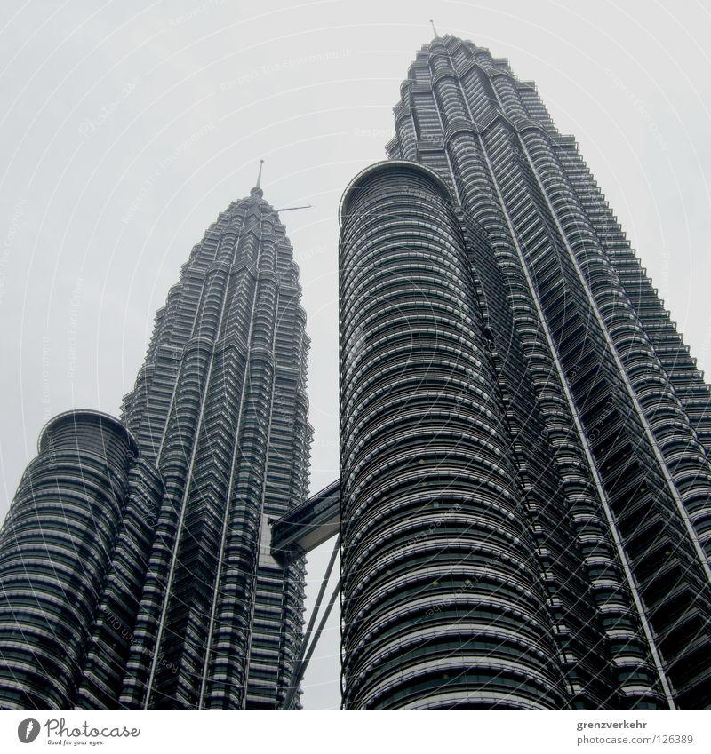Doppelturm Himmel Stadt dunkel Fenster Gebäude Business Linie Glas elegant Fassade hoch Hochhaus Erfolg modern groß