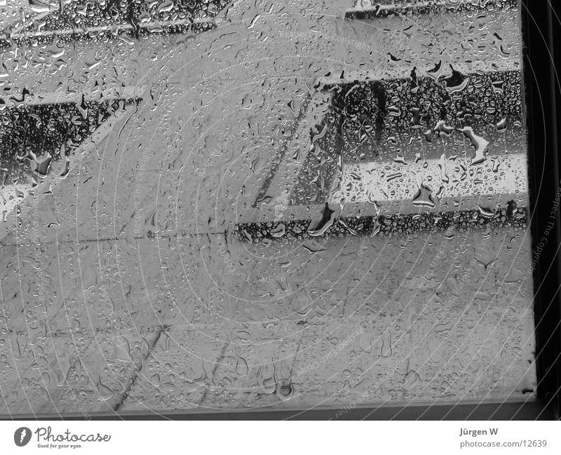 Regentropfen 2 Wasser kalt Herbst Fenster grau Regen nass fallen feucht Damp Fototechnik