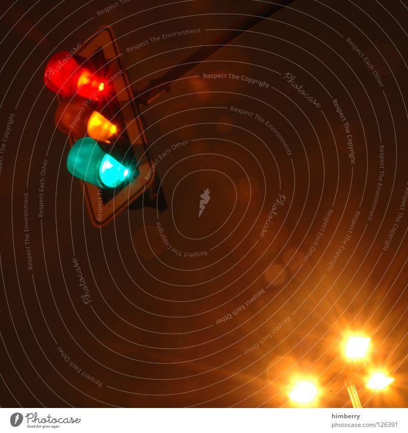 ampelkoalition Ampel Licht Langzeitbelichtung Belichtung Verkehr Nacht Straßenverkehr stoppen stehen Überqueren Straßenbeleuchtung Verkehrswege Sicherheit