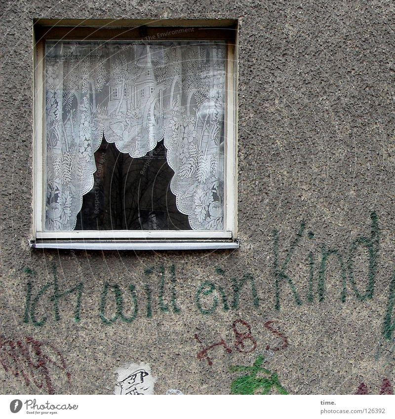 Klare unverbindliche Ansage Kind Einsamkeit Haus Fenster Wand Graffiti Mauer grau Zufriedenheit trist verrückt Schriftzeichen gefährlich fantastisch Zeichen Mut